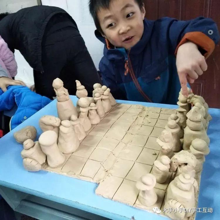 布艺让不织布小流苏版国际象棋栩栩如生,还有用陶泥制作的国际象棋.图片