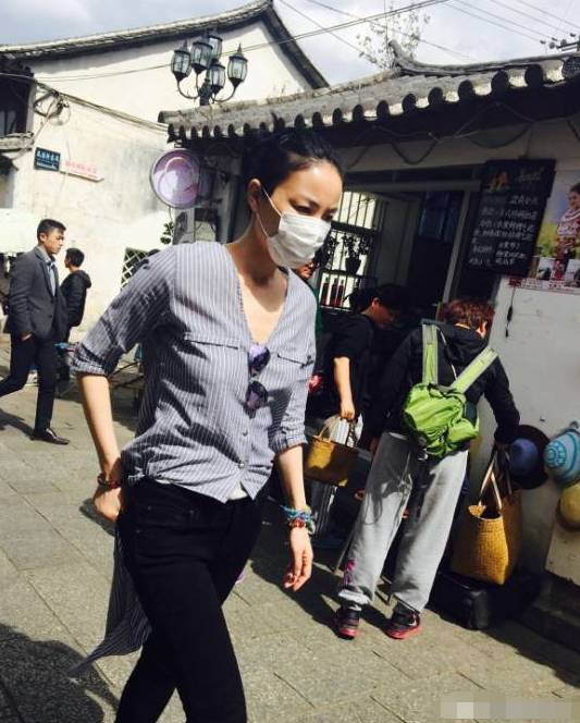 王菲真任性,内衣都不穿就在大街溜达,被游客发现一路狂跑!