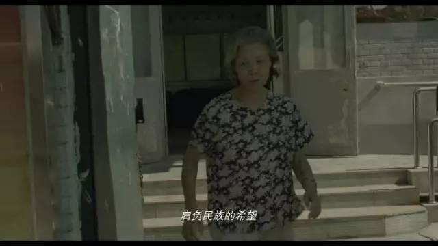 她循着歌声找去,原来是一群老年人正热情洋溢地在老年学校唱歌呢.