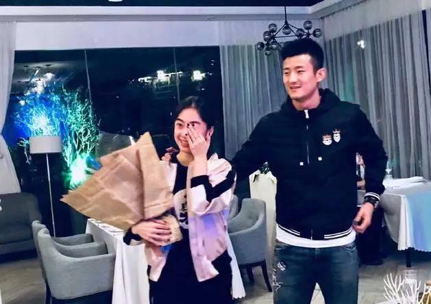 喜讯丨谌龙向女友王适娴求婚成功 国羽连续出两对夫妻单打世界冠