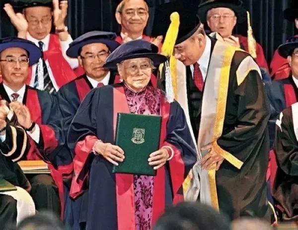 她是只会写自己姓名的社会底层,却被奉为备受尊敬的香港大学院士