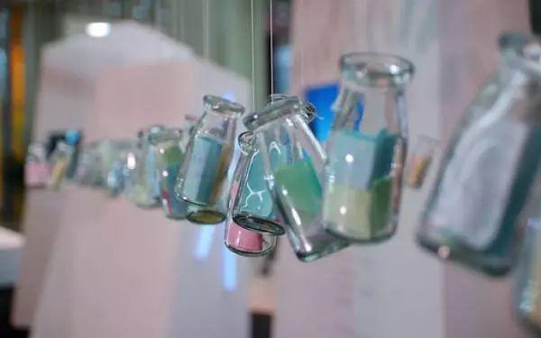 还有玻璃酒瓶风铃.体态比较大,撞击起来声音应该会比较响.图片