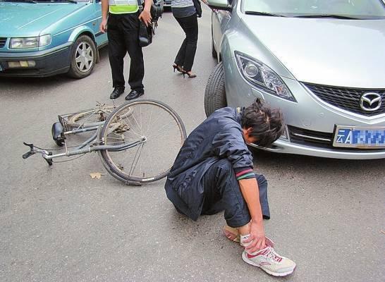 残忍 文山16岁少年在外地被1团伙控制 用铁锤敲断锁骨拉去 碰瓷 央视已报道