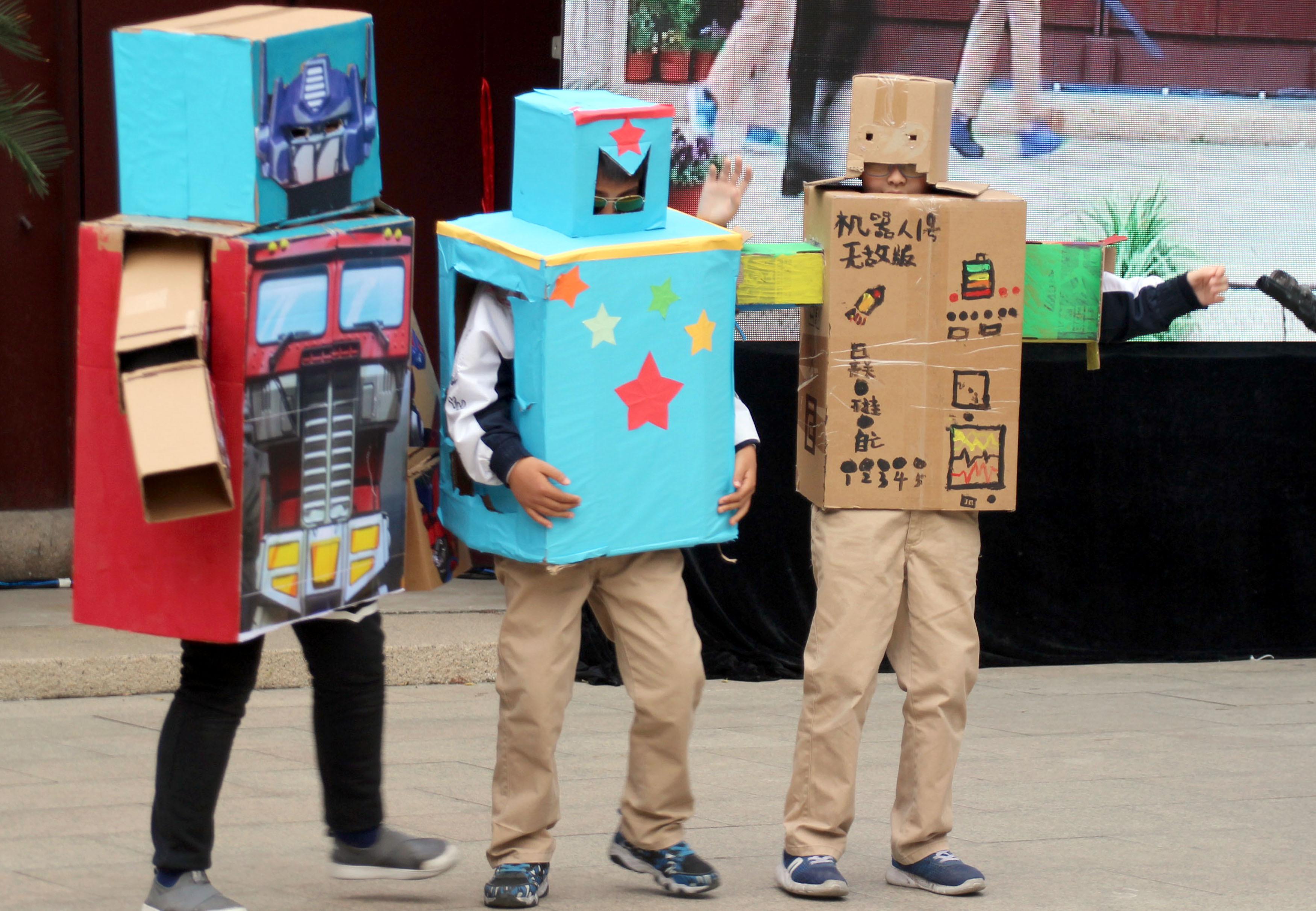 孩子們身著由廢紙,塑料,廢布料等廢舊材料制成的環保時裝走秀,倡導圖片