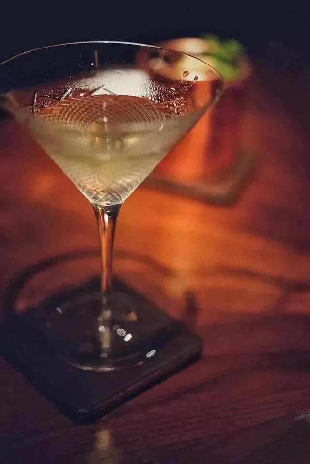"""酒的名称蓝色妖姬、血腥玛丽_新加坡司令、血腥玛丽、聊聊鸡尾酒和大酒店的""""前尘往事"""""""