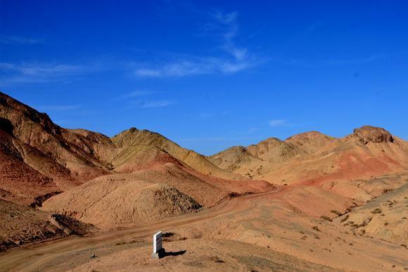 """旅游 正文  没有犹豫,一轰油门,我的途胜""""小白龙""""冲上坡顶,眼前一条"""