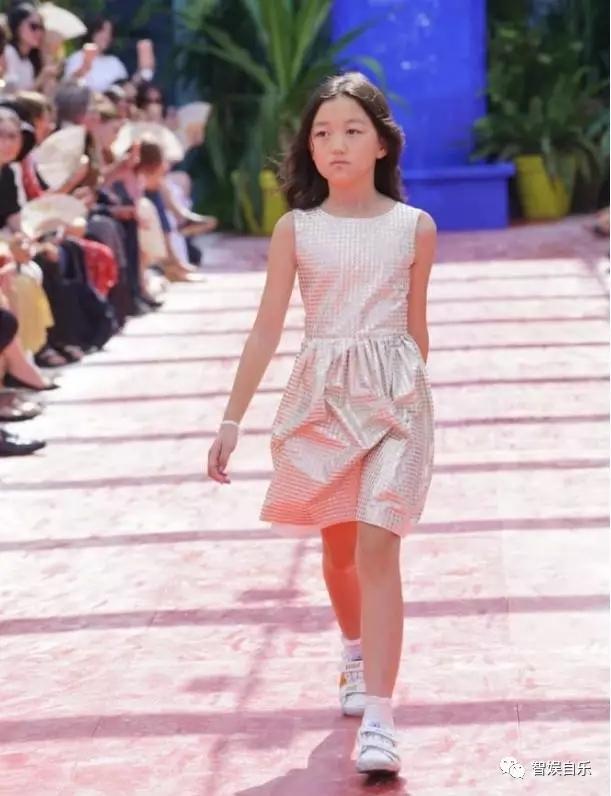 正文  在秀场上秀出大长腿 霸气范与王菲十分相似 赵薇女儿