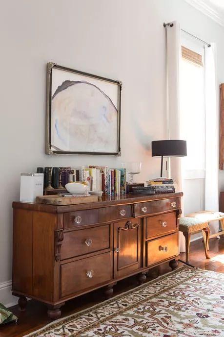 做旧的柜子搭配波西米亚风花纹地毯,弥散着复古的味道.