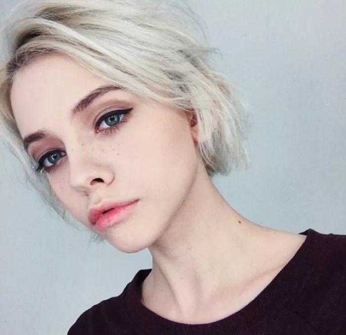 浅色发色很适合红棕色系的欧美眼妆呐,瞬间可以get到欧美范的感觉.