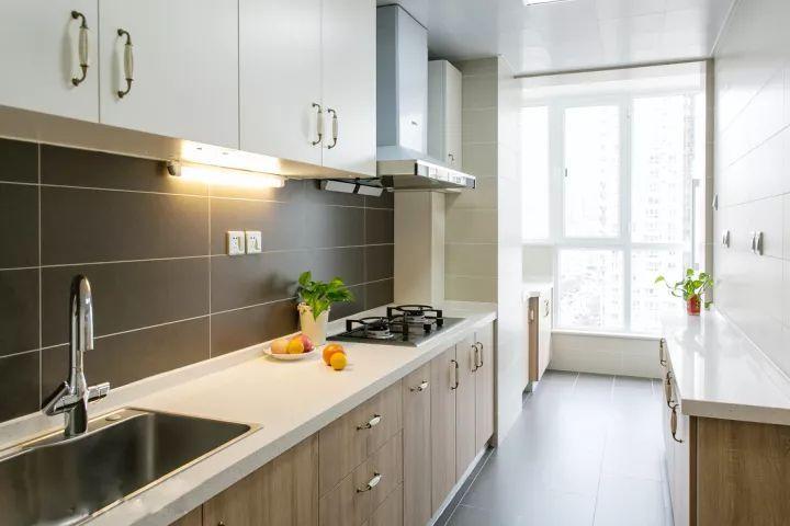 厨房打通了生活阳台,整个空间显得格外的宽敞大方,采光明亮结合大空间