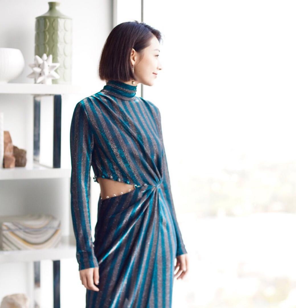 温雅受邀AMA红毯主持 全新短发造型灵气十足
