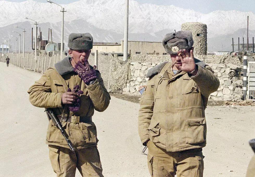1989年2月10日,喀布尔苏联军用机场的一个检查站前,一名苏联士兵在
