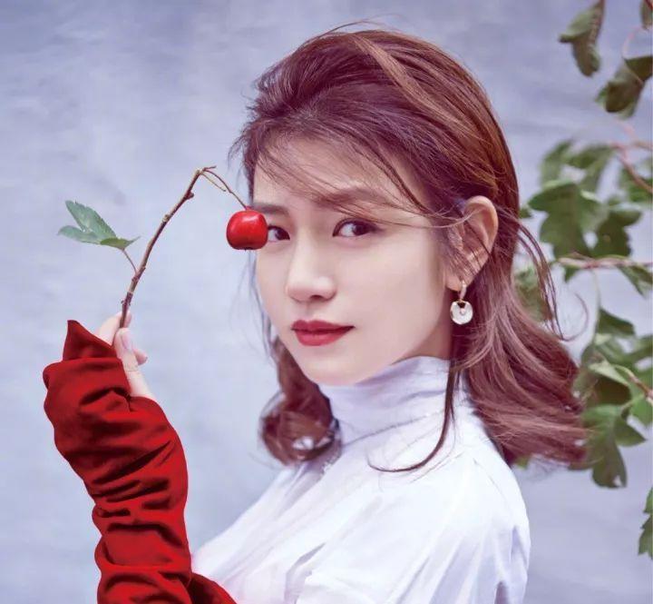 杨紫妹子的斜刘海,范姐非常喜欢,有点小圆脸的她,换上短发齐刘海,分图片