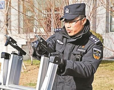 北京警方展示新装备 队员配合默契展示过硬技战术