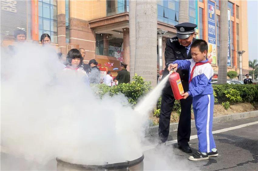 学生学习使用灭火器灭火
