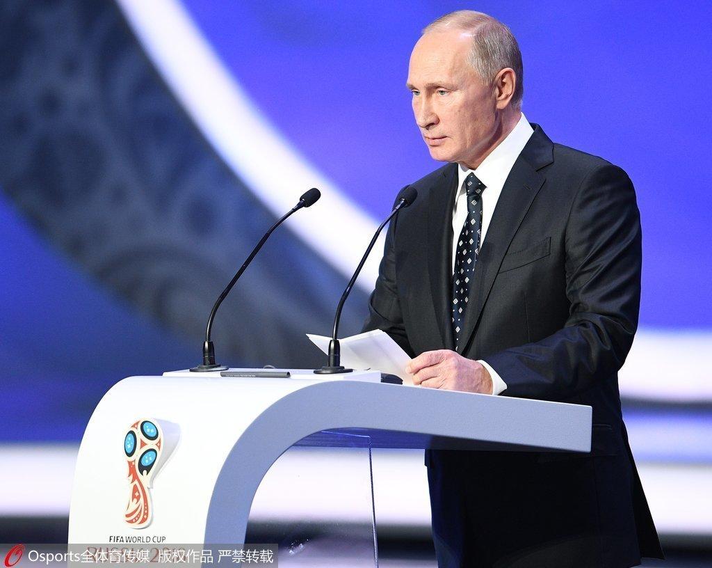 世界杯分组图_高清图:普京携FIFA主席亮相 克洛泽捧大力神杯