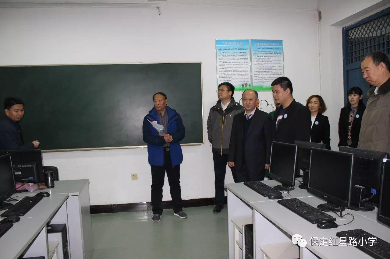 在计算机第二教室,龚谦老师正在介绍微机配备情况