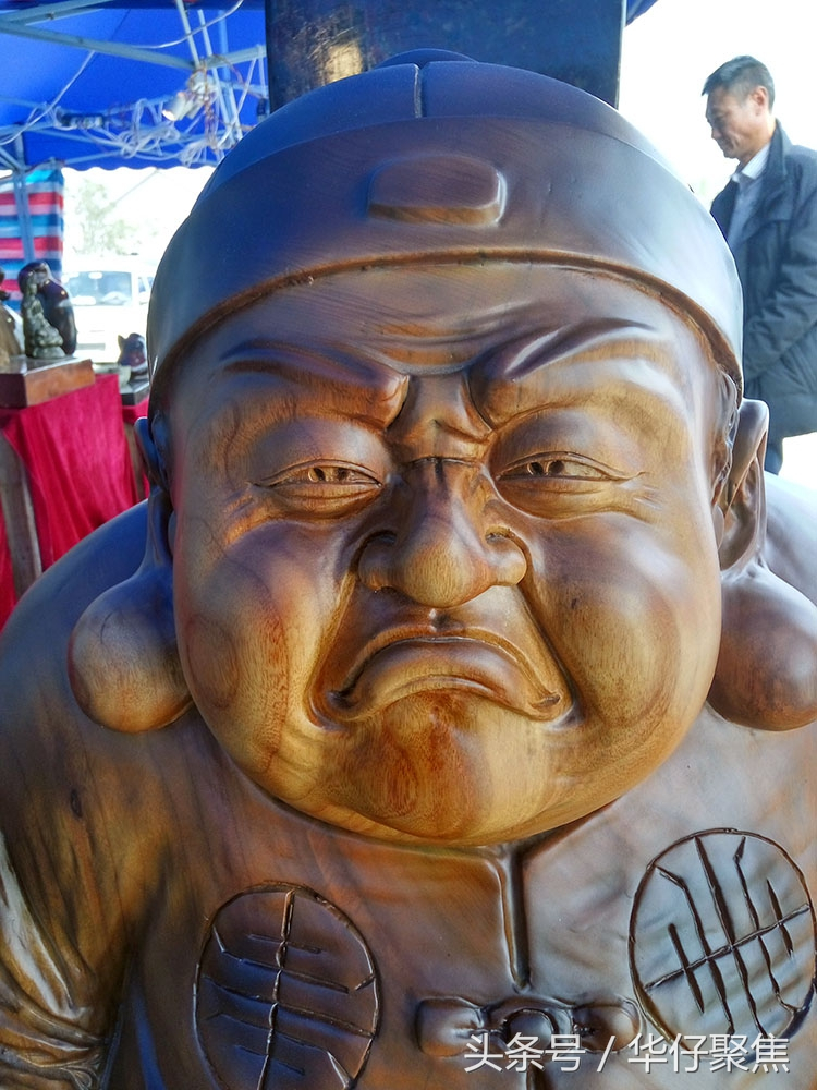 温州木匠卖木雕工艺品,木头人象真人一样栩栩如生图片