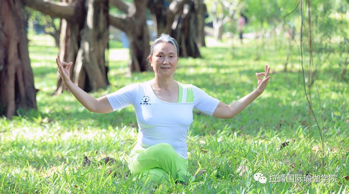 理疗瑜伽同样适合老年人_搜狐体育_搜狐网图片