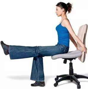 """保膝盖靠罚站,打封闭不好使 是这样:背部靠墙站好,双腿下蹲,作""""小半蹲图片"""