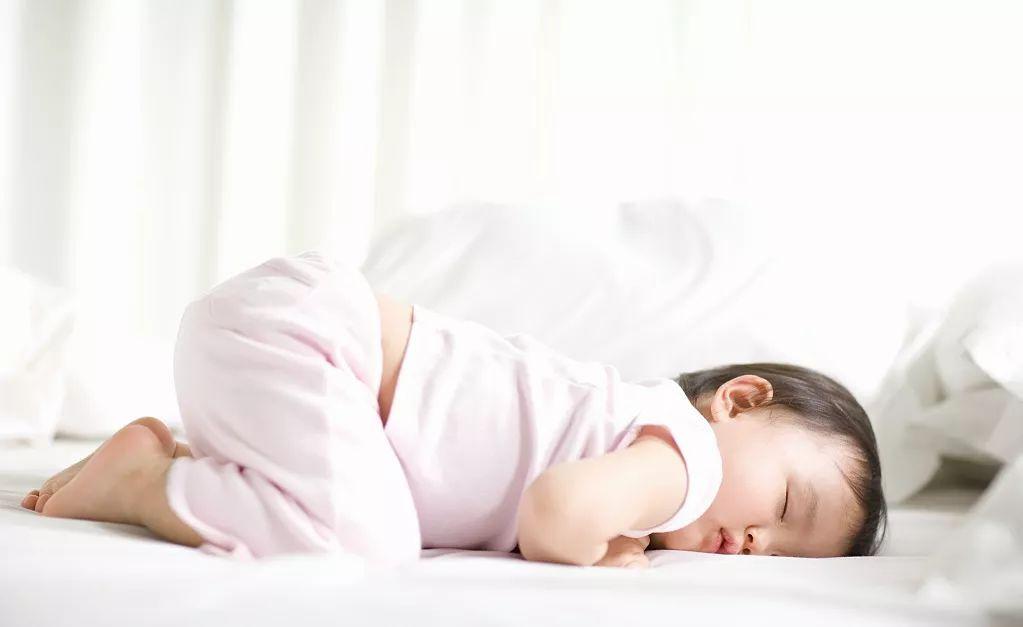 宋茜高难度睡姿遭曝光 宝宝科学睡姿很重要