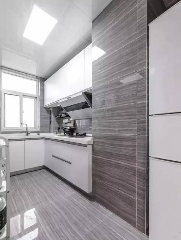 灰色纹理的瓷砖搭配白色的厨房橱柜,简单明了图片