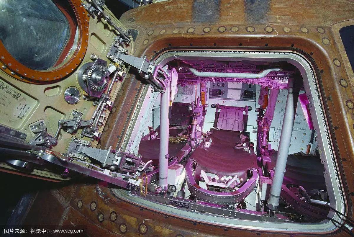 减震器内部结构分解图