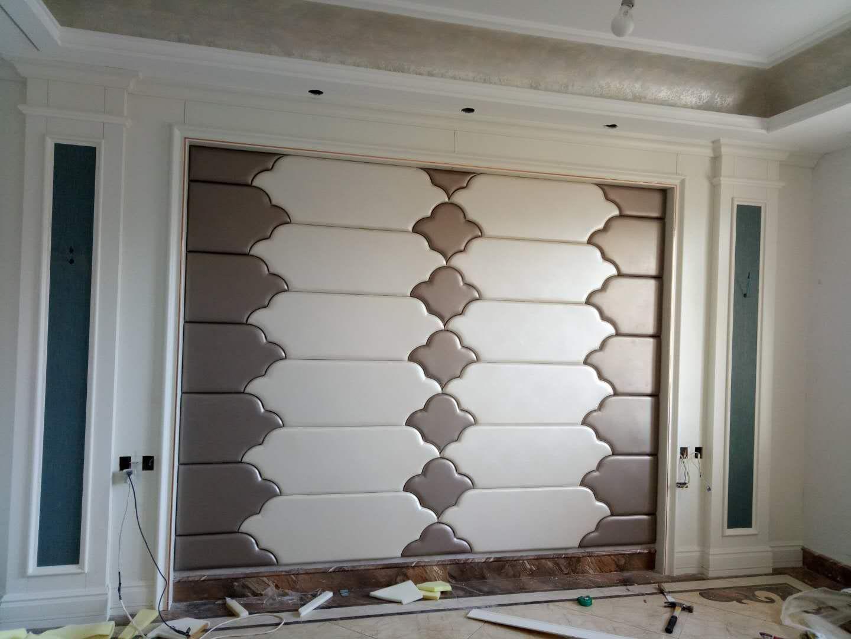 在客厅电视背景墙使用 护墙板搭配刺绣或者硬包,可以打造欧式现代时尚