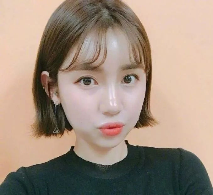 时尚 正文  齐嘴短发 韩式的齐嘴短发搭上空气八字刘海显得人娇小可爱图片