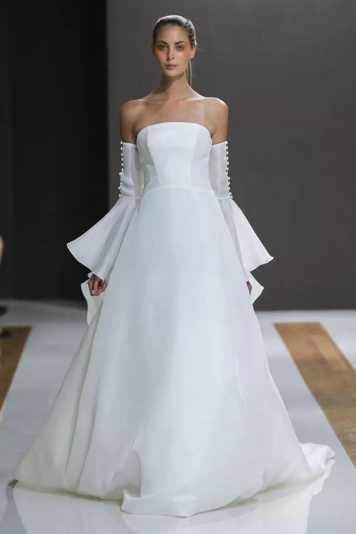 时尚 正文  我们称它为露肩婚纱的革命性的趋势,设计师们总是致力于