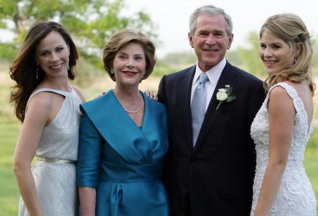 小布什两个女儿,左一芭芭拉在世界各地做公益,右一詹娜做了教师