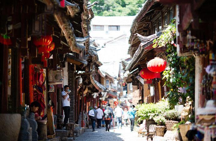 我要去丽江旅游了,那里有什么特色美食和纪念品值得购买呢?