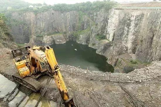 日本挖下88米巨坑,中国砸20亿填8年遭嘲讽!今天,震撼一幕曝光,西方集体被啪啪打脸!