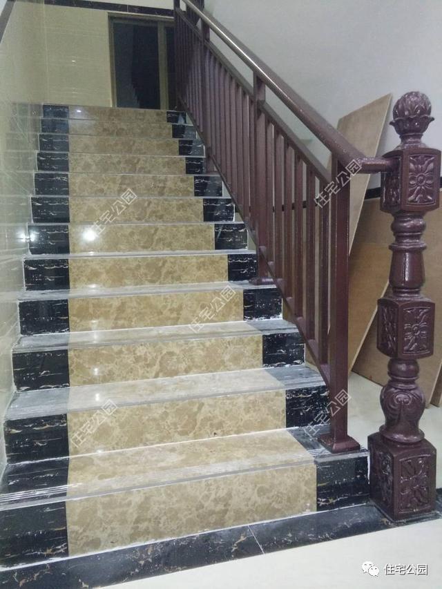 楼梯贴瓷砖,做的铝合金护栏.图片