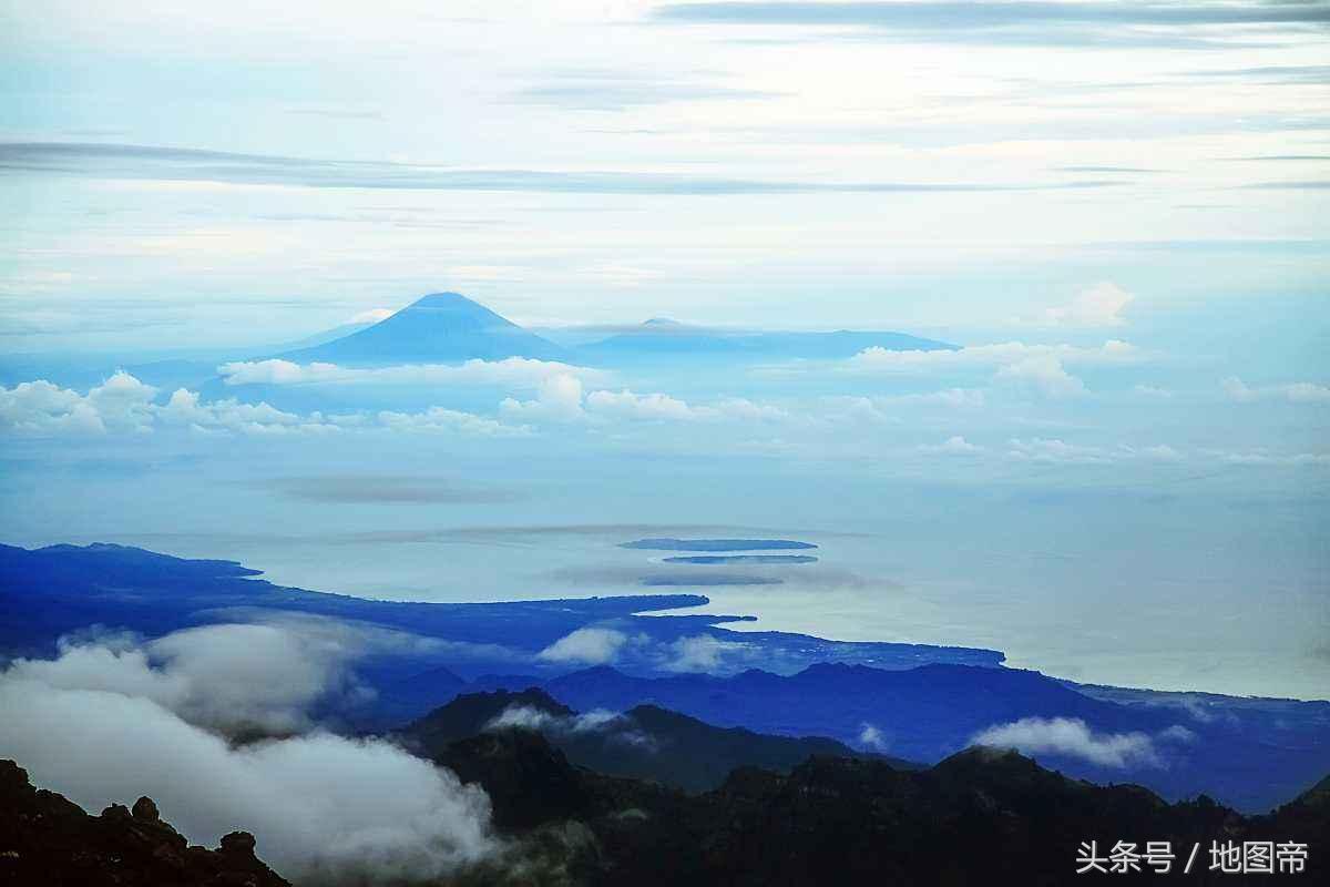 50年不遇,印尼火山喷发,有人冒死与火山合影