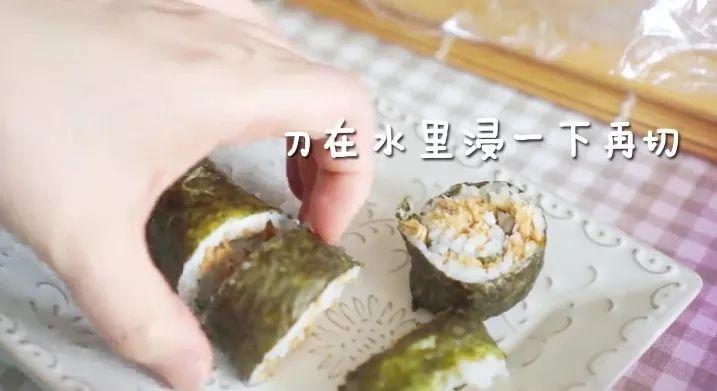 第三步:卷一卷 寿司要卷紧, 利用竹帘压实, 慢慢慢慢的卷起来.