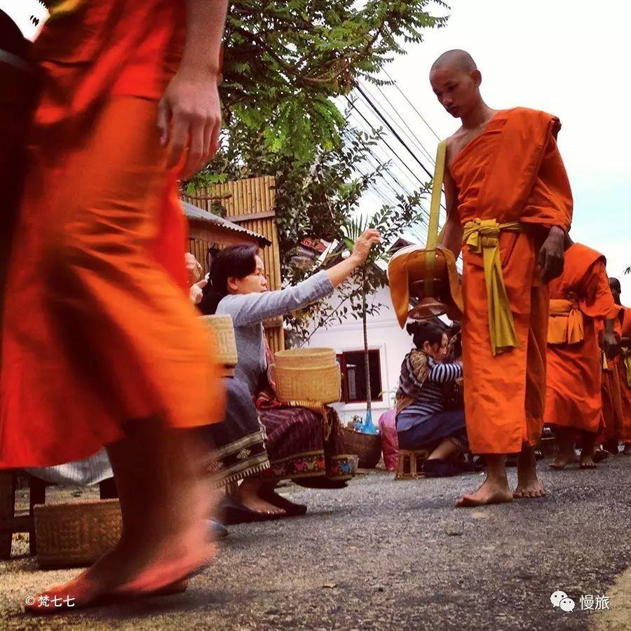 慢旅专栏|在朗勃拉邦看一场布施,是我旅行清单上排名第一的事