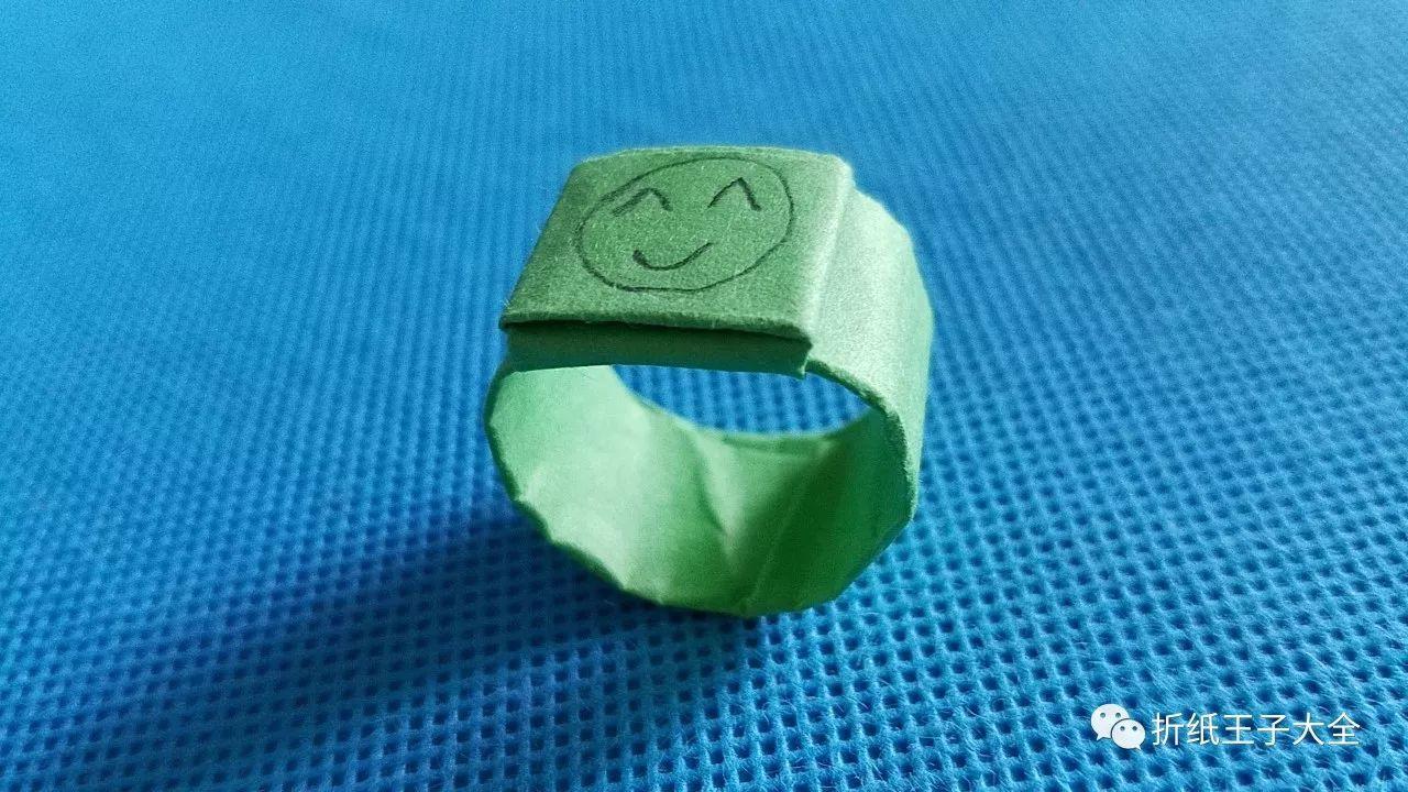 可以用纸币折的戒指,戴在手上正好