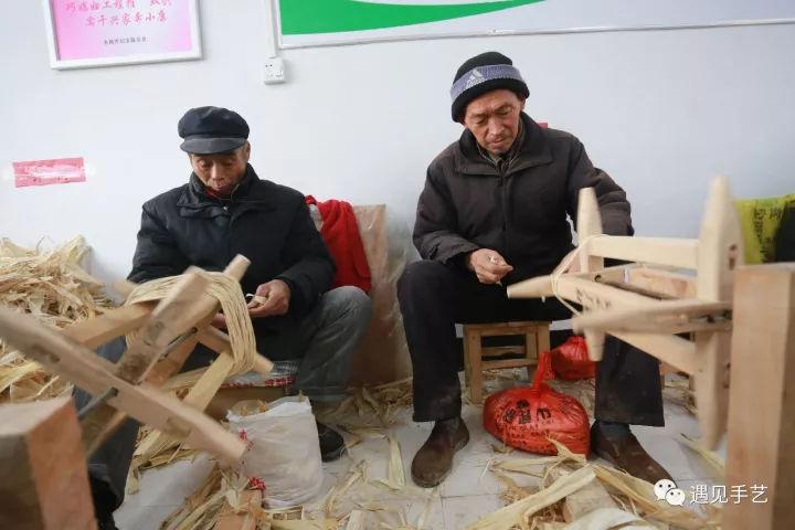 """河南太丘:冬闲人不闲 废弃玉米皮编织扶贫""""致富花"""""""