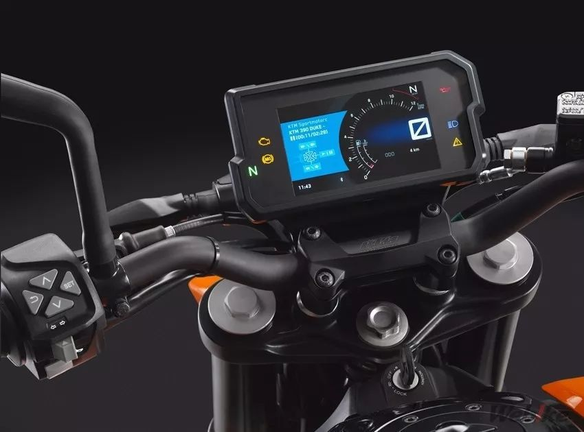 390duke搭载全新的全彩液晶仪表板