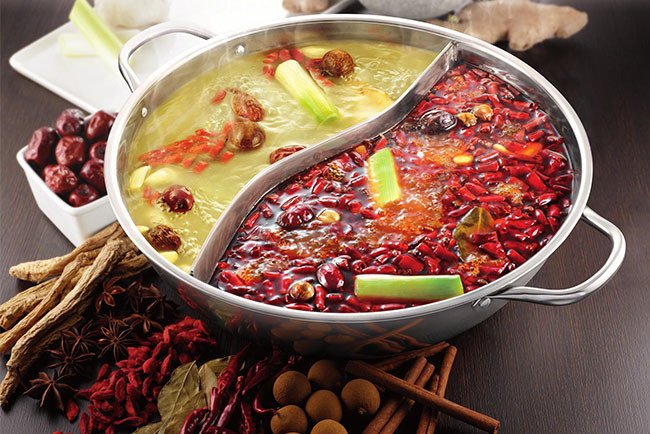 美食 正文  最早的鸳鸯火锅,红汤是麻辣,清汤是鸡汤,分别盛于特制的太