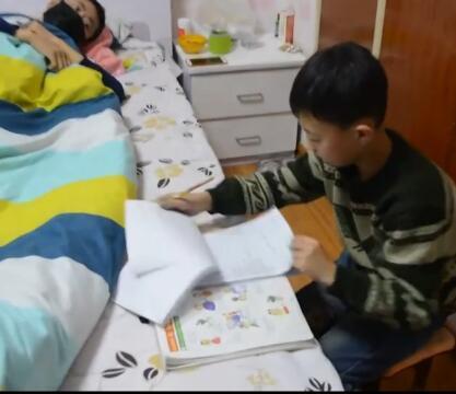 9岁男孩欲捐骨髓救父 体重巨额手术费都是难题