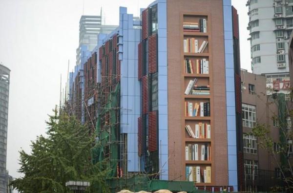 """大楼一侧的外墙,设计成了一个超大书架的形状,上面""""摆放""""着几可乱真的《呐喊》《活着》《金粉世家》《资治通鉴》等近数60本""""书籍"""",每本高2米多.图片"""