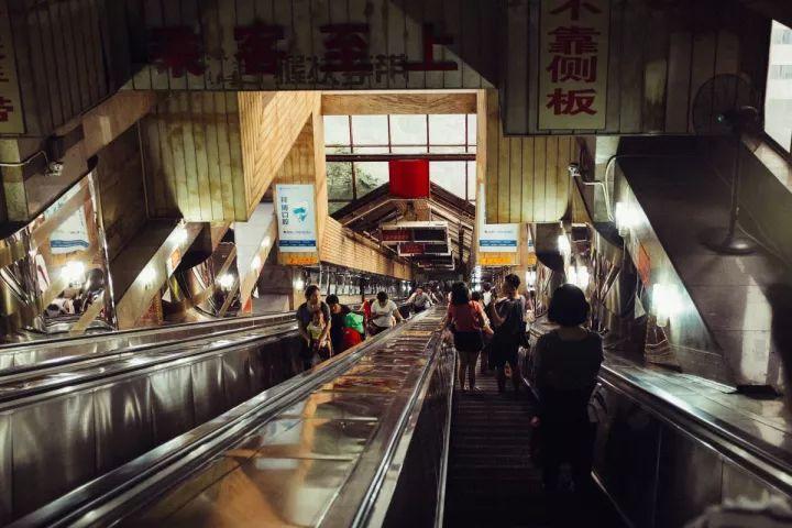 重庆24小时丨中国最魔幻的3D城市,却有着最平凡的生活。