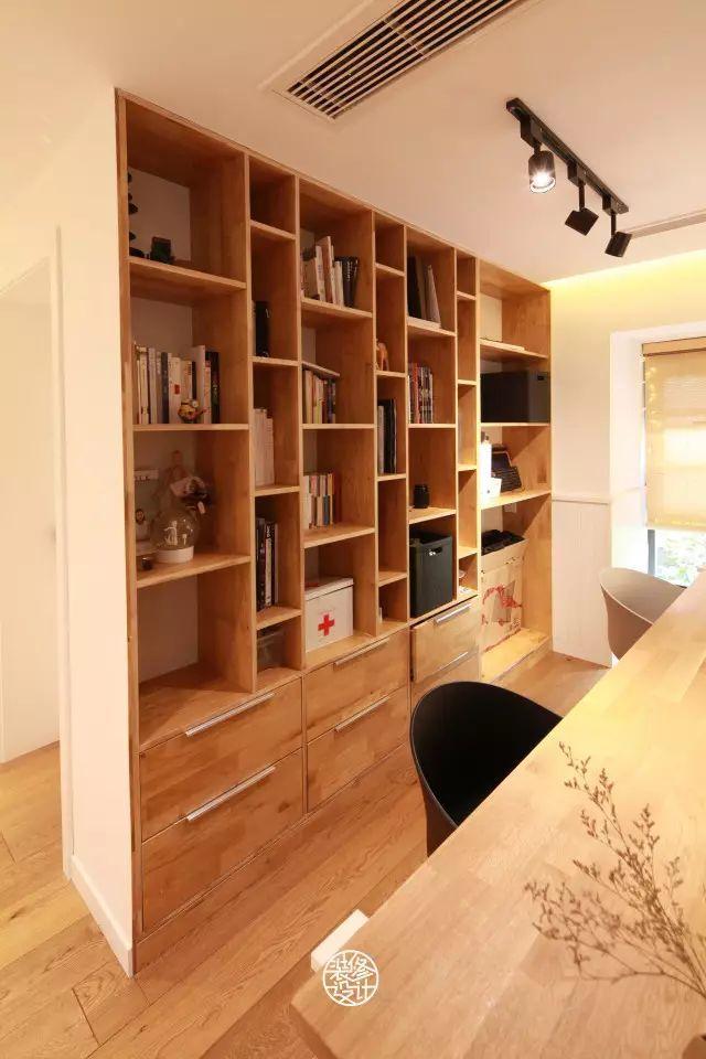 餐厨区合为一体,简单的木地板与六角砖在渐变拼接中让边界可以有视觉