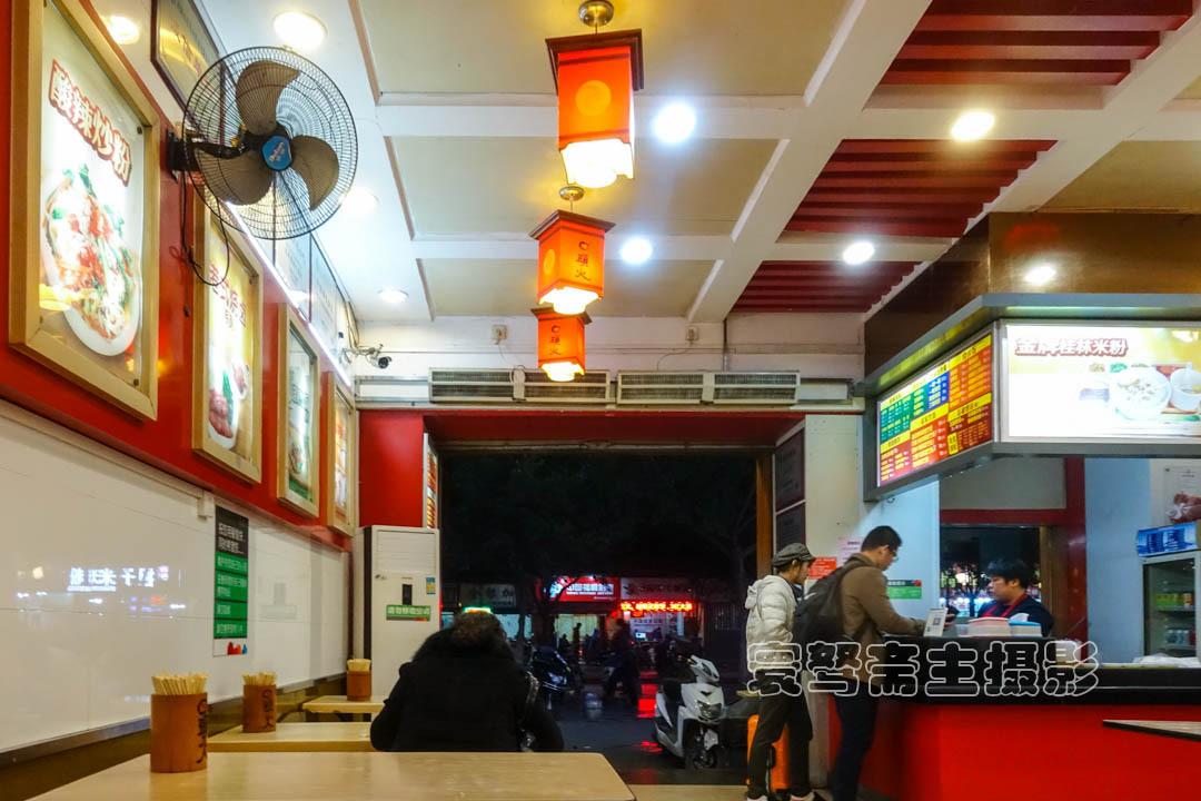 来桂林要吃米粉,就去吃桂林人最爱吃的四块钱一碗的卤菜粉吧