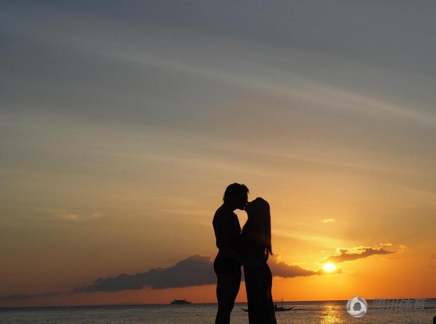 高拉特夫妇在夕阳下拥吻,唯美而浪漫.