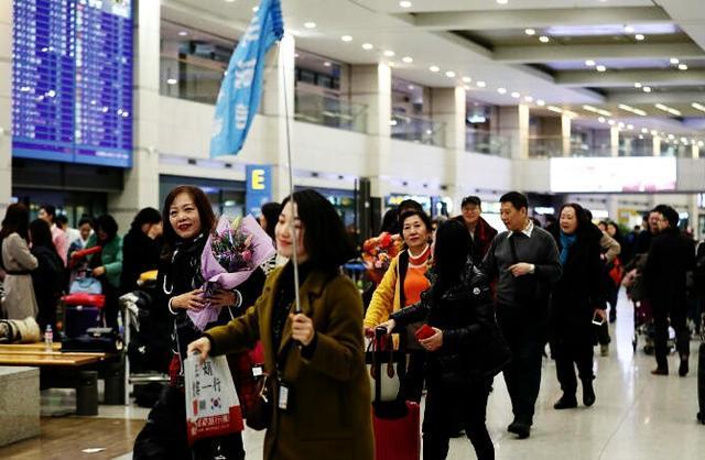 你们想去旅游,为什么一定要去韩国?为什么还要打着横幅去韩国?