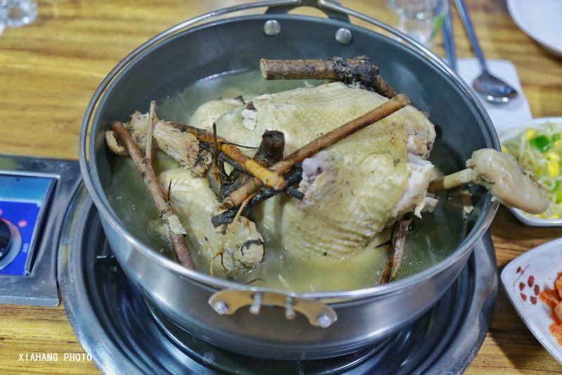 这个小岛种植了一片茶园,开了家茶博物馆,衍生出各种茶产品