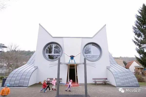 原标题:有种幼儿园设计,叫别人家的! 都说教育要从娃娃抓起,但是前一阵子发生的幼儿园事件,不得不让人们忧心忡忡,MICU特意搜集了一些来自于国外的幼儿园设计,一起来感受优秀建筑给孩子们带来的美好体验吧。 日本小浜幼儿园  小浜幼儿园于2017年建成, 设计理念是面向大海的儿童美术馆。  看看这个带黑板的小房间, 感觉里面充满了神奇。